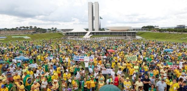 4dez2016---manifestantes-se-reunem-proximo-ao-congresso-nacional-em-brasilia-em-protesto-contra-as-mudancas-na-proposta-de-lei-anticorrupcao-1480861990315_615x300