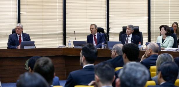 25jul2017---atual-procurador-geral-da-republica-rodrigo-janot-e-e-sua-sucessora-raquel-dodge-d-participam-de-reuniao-do-conselho-superior-do-ministerio-publico-em-brasilia-1501007293521_