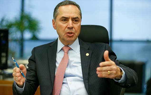 Ministro Luis Roberto Barroso dá entrevista em seu gabinete
