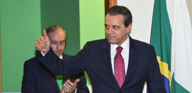 16abr2015---henrique-eduardo-alves-pmdb-rn-toma-posse-como-ministro-do-turismo-com-eduardo-cunha-pmdb-rj-ao-fundo-1466125132536_615x300