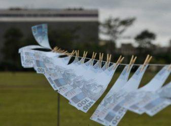 Brasília- DF- Brasil- 18/03/2015- Uma máquina de lavar gigante, que simbolizará os valores sonegados com os artifícios da lavagem de dinheiro do país e instalado na esplanada dos ministérios (Marcello Casal Jr/Agência Brasil)