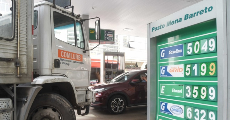 movimento-em-posto-de-combustivel-do-bairro-de-botafogo-na-zona-sul-do-rio-de-janeiro-nesta-quarta-feira-23-o-protesto-dos-caminhoneiros-contra-o-aumento-do-diesel-que-entrou-no-terceiro
