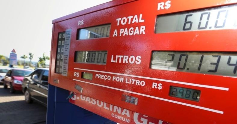 brasilienses-enfrentam-ate-4-km-de-filas-para-abastecer-em-posto-de-combustiveis-que-vende-gasolina-a-r-298-como-parte-do-dia-da-liberdade-de-impostos-dli-1527174606230_956x500