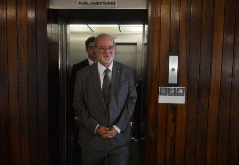 deputado eduardo azeredo fala com jornalistas