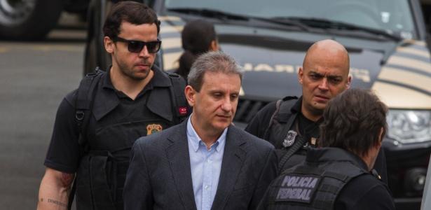 18ago2015---o-doleiro-alberto-youssef-preso-na-operacao-lava-jato-apontado-como-um-dos-operadores-do-esquema-de-corrupcao-da-petrobras-deixa-a-sede-da-policia-federal-em-curitiba-rumo-ao