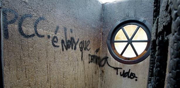 30mar2012---pichacao-do-pcc-dentro-de-casa-incendiada-em-jandira-interior-de-sp-1530793295092_615x300