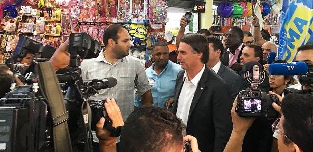 jair-bolsonaro-faz-corpo-a-corpo-com-eleitores-em-suburbio-do-rio-1535398139434_615x300