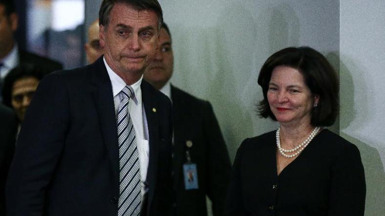 20nov2018---o-presidente-eleito-jair-bolsonaro-deixa-o-gabinete-da-pgr-onde-foi-recebido-pela-procuradora-geral-da-republica-raquel-dodge-1542745182334_v2_900x506